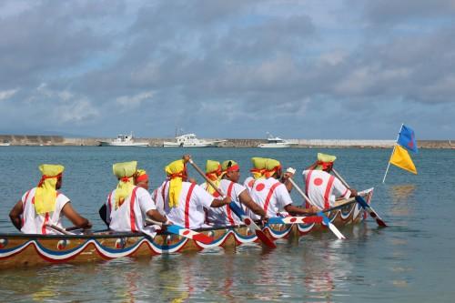 港から鉦の音と声援が響き渡る伝統行事「ハーリー」