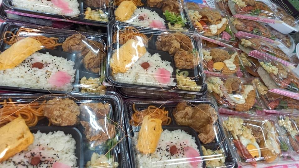 昼は弁当やおにぎりなども販売しています